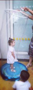 Enfant dans bulle de savon géante