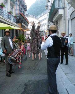 Spectacle de rue échasse Les Girafes et musiciens